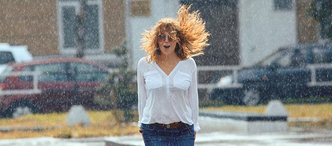 湿気で広がる髪……梅雨のヘアアレンジどうする?