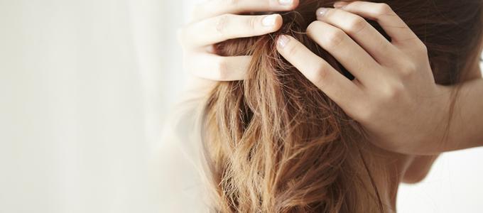 湿気で髪のうねりが止まらない…根本的に改善するケア方法は?